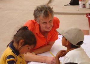Alan conociendo niños en su primer viaje a Sudamérica.